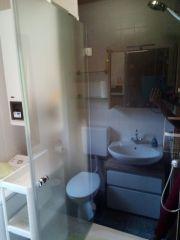 Erneuertes Badezimmer mit reichlich Ablagen